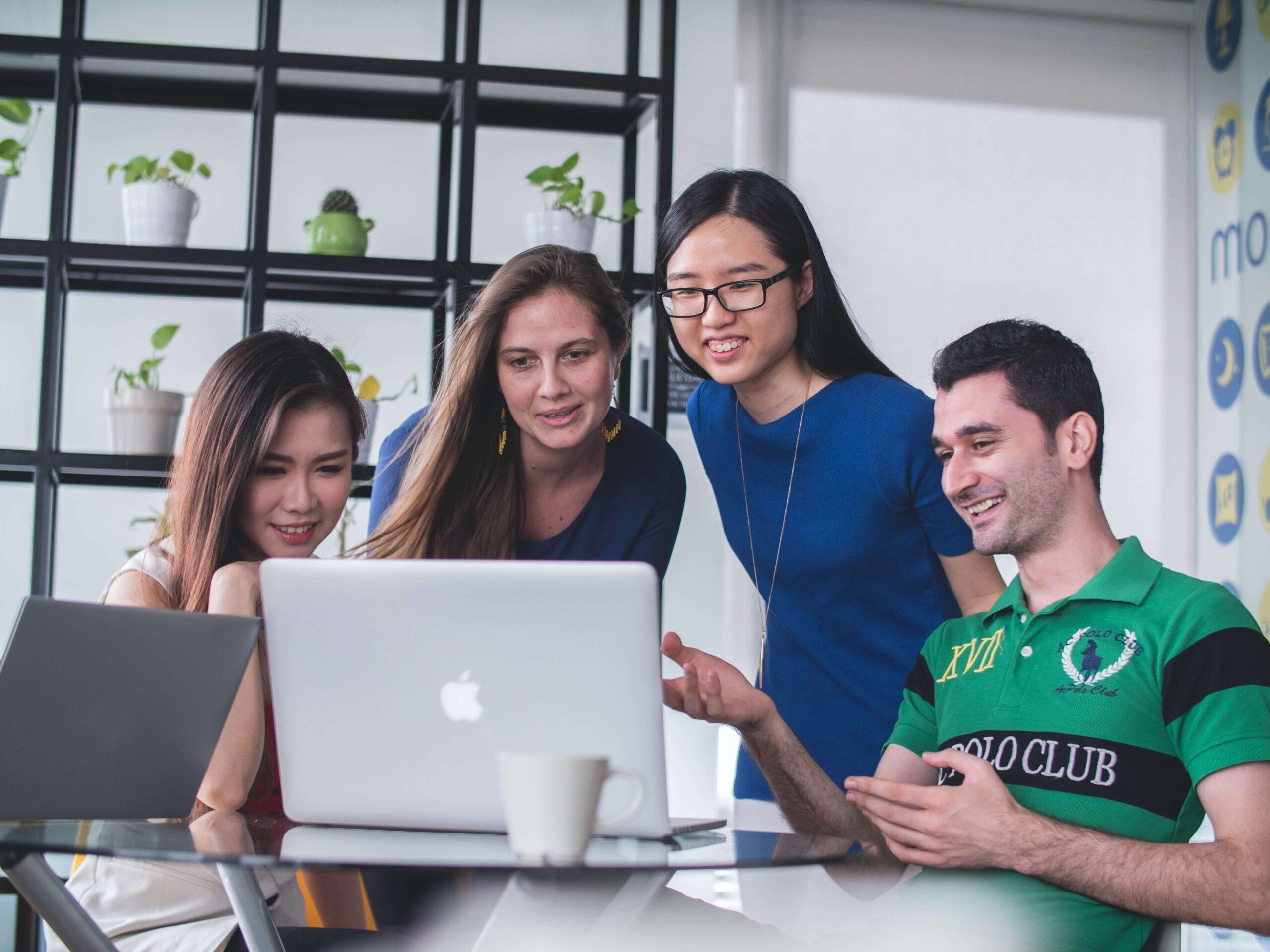 Grupa osób realizuje angażujący kurs e-learningowy